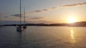 Segelboothafen mit vielen schönes festgemachtes Segel yachts im Seehafen Stockfotografie