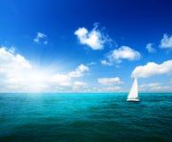 Segelboothimmel und -ozean Stockbild