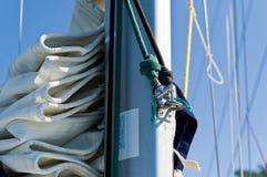 Segelbootmast mit Großsegel und Spinnaker stockbilder