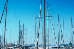 Segelbootmaste im Hafen gegen blauen Himmel Stockfotos