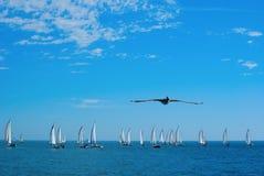 Segelbootrennen und -pelikan Lizenzfreies Stockfoto