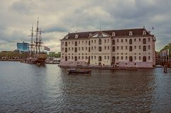 Segelbootreplik koppelte nahe bei nationalem Seemuseum am bewölkten Tag in Amsterdam an stockfotos