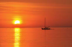 Segelbootschattenbild am Sonnensatz Lizenzfreie Stockbilder