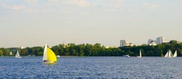 Segelbootsegeln auf dem Fluss Lizenzfreie Stockfotografie