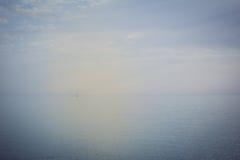 Segelbootsegeln auf der hohen See Stockbild