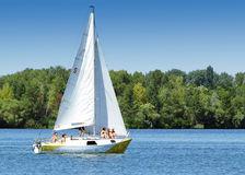Segelbootsegeln morgens mit blauem s Stockfotos