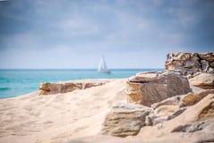 Segelbootsegeln am Nachmittag lizenzfreies stockbild