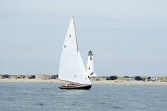 Segelbootsegelnvergangenheit großer Punkt-Leuchtturm in Nantucket stockfotos