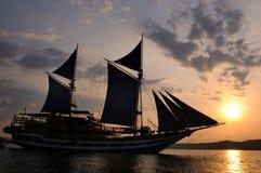 Segelbootsonne auf Bogen lizenzfreie stockfotos