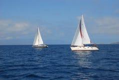 Segelbootyachtsegeln, das im blauen Wasser Griechenland läuft Stockbild