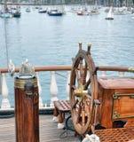 Segelbåt för styrninghjul Arkivfoto