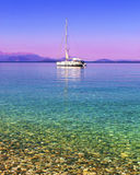 Segelbåt i det Ionian havet Arkivbild