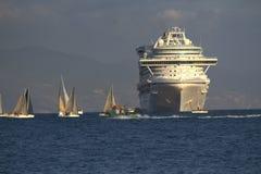 Segelbåtar i det vått onsdag loppet & kryssningskepp Fotografering för Bildbyråer
