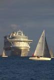 Segelbåtar i det vått onsdag loppet & kryssningskepp Royaltyfria Foton