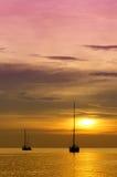 Segelbåtar på skymning. Royaltyfri Bild