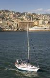 Segelbåtsegling i Genoa Harbor, Genua, Italien, Europa Royaltyfria Foton