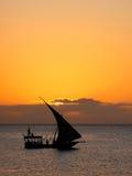 segelbåtsolnedgång zanzibar Arkivfoto