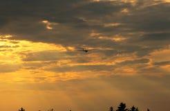Segelflugzeug auf dem orange Himmel stockfotos