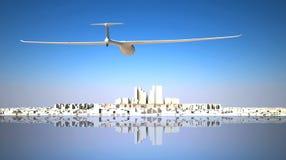 Segelflugzeug, das zur Stadt fliegt Lizenzfreie Stockfotos