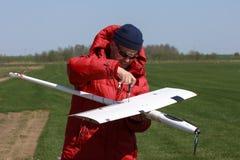 Segelflugzeug der Mannmontage RC Stockfotos