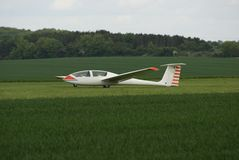 Segelflugzeug gelandet auf einem Flugplatz Lizenzfreies Stockbild