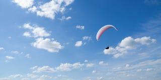 Segelflugzeug und Wolken Stockfotos