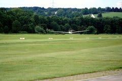 Segelflugzeuglandung auf lokaler Sport planieren Flughafen Stockbilder
