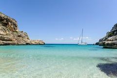 Segeljacht auf Anker in der schönen Mittelmeerbucht lizenzfreie stockfotografie