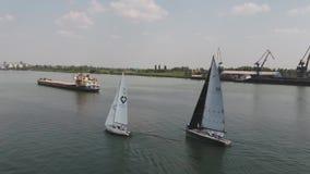 Segeljacht auf großem Fluss Reiseflug mit drei Yachten auf Fluss Yachtrennen auf dem See stock footage