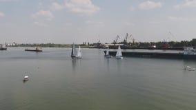 Segeljacht auf großem Fluss Reiseflug mit drei Yachten auf Fluss Yachtrennen auf dem See stock video