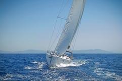 Segeljacht in der Aktion in einem windigen Wetter Lizenzfreie Stockbilder