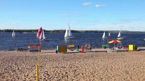 Segeljacht, die auf den Fluss Volga schwimmt stock video