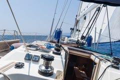Segeljacht, die schnell auf volle Segel geht lizenzfreie stockbilder