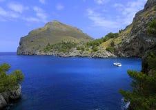 Segeljacht an einer blauen Bucht während Lizenzfreie Stockfotos