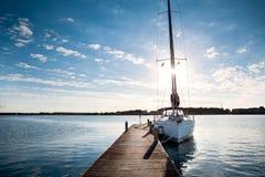 Segeljacht festgemacht zum Pier bei Sonnenuntergang Lizenzfreies Stockfoto