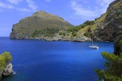 Segeljacht im blauen Wasser und Stockfotos
