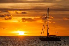 Segeljacht im Meer bei Sonnenuntergang Stockfoto