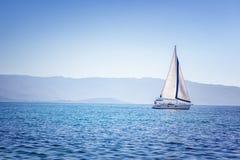 Segeljacht im Mittelmeer bei Sonnenuntergang Reise und Active Stockfotos