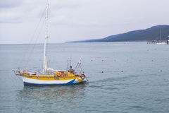 Segeljacht reist vom Strand in Lazarevsky, Sochi ab lizenzfreie stockfotos