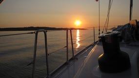 Segeljacht verankert nahe kroatischer Insel in einem Sonnenuntergang Stockfotos