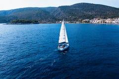 Segeljachtboot in dem Meer lizenzfreies stockbild