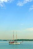 Segeljachtboot im tropischen blauen Meer Stockfoto