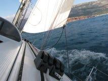 Segeljachten, die nahe einer Küstenlinie von Montenegro-Land schwimmen Stockbilder