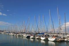 Segeljachten in Hertzlija-Jachthafen Stockfotos