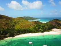 Segeljachten nahe neugieriger Insel lizenzfreie stockfotografie