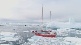 Segeljachtsegel im antarktischen Eisbergozean stock video