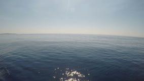 Segeln auf die ruhigen Meereswellen Meerblickkonzept entspannend - stock video footage
