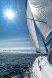 Segeln auf eine Segeljacht stockfotografie