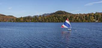 Segeln auf einen See im Adirondacks Stockfotografie