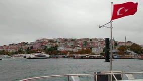 Segeln auf Fähre mit türkischer Flagge stock video